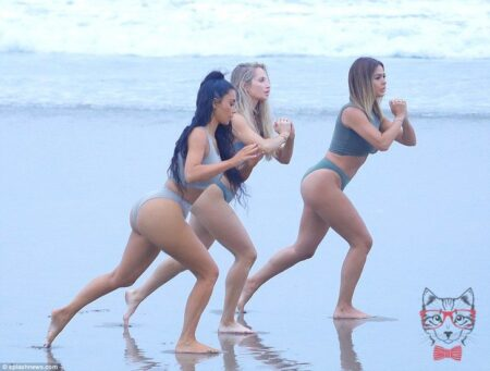 Kim Kardashian Can Not Believe The Embarrassing Detail She Showed On The Beach 3