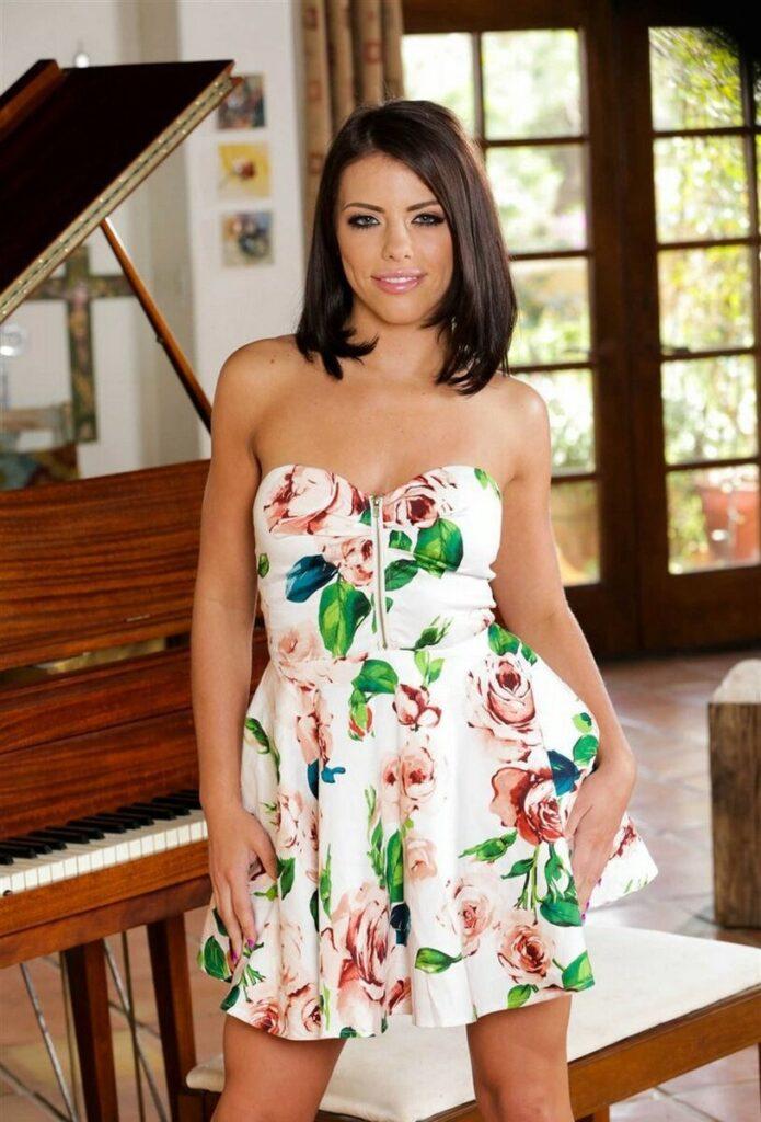 Adriana Chechik 695X1024 1