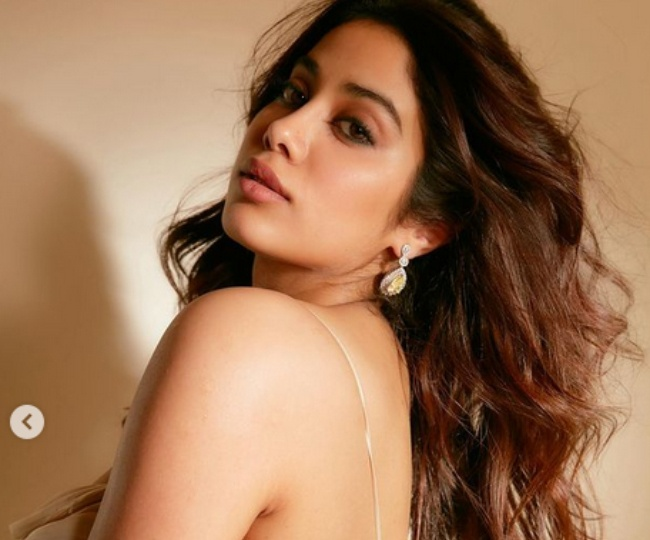 Photos Of Jhanvi Kapoor In Deep Neck Bodycon Dress Went Viral Being Seen Again And Again On The Internet